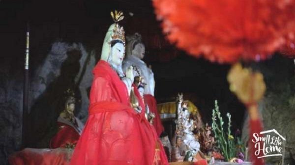 Patung Dewi Kwan Im Asli Terlihat di Belakang