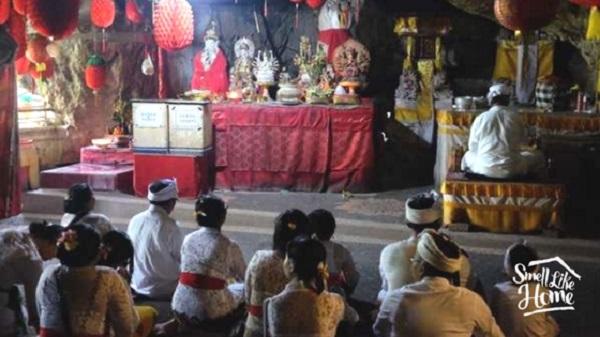 Umat Hindhu Ketika Sembahyang di Area Altar Dewi Kwan Im