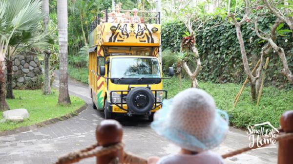 Bus Atap Terbuka Menuju Kampung Sumatra