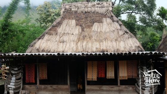 Salah satu rumah adat yang menjual kain tenun